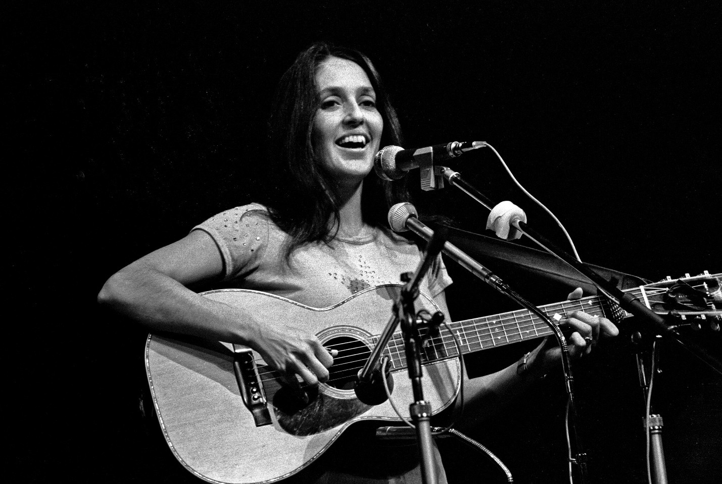 Photo Credit: https://upload.wikimedia.org/wikipedia/commons/3/33/Joan_Baez_Hamburg_1973_2811730005.jpg